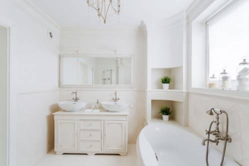 beyaz-banyo-dekorasyonu.jpg